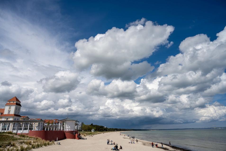 Wolken ziehen im Ostseebad Binz auf der Insel Rügen über den Strand. Die Landesregierung will Urlaub für Einheimische vom 7. Juni an zulassen.