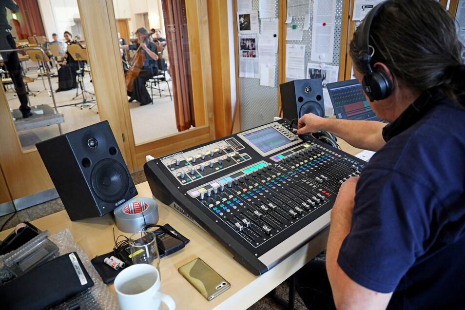 Sind die Geigen zu laut? Oder zu leise? Der Tontechniker sorgt für die richtige Mischung.