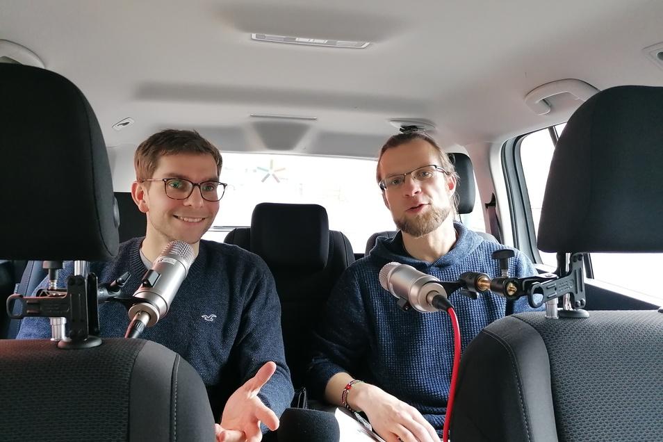 So sieht es im Dreierbob von innen aus: Als mobiles Studio nutzen Fabian Deicke (links) und Tino Meyer ein Auto.