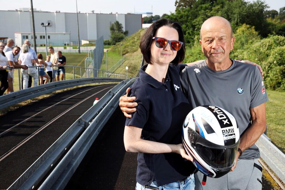 Rotarierin Daniela Strauß und Bobtrainer Gerd Leopold bei der Übergabe des geschichtsträchtigen Helms.