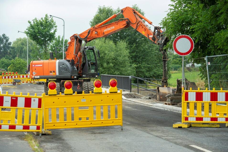 Bald ist es geschafft: Und zwar für Bauarbeiter, Anwohner und Verkehrsteilnehmer. In der kommenden Woche soll die Mülbitzer Straße in Großenhain wieder befahrbar sein.