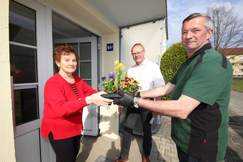 Renate Sander (v. l.) war sehr überrascht, als plötzlich WGB-Geschäftsführer Hartmut Stäps und Gärtnerei-Inhaber Egbert Nieswand mit einem österlichen Blumengruß vor der Haustür standen.