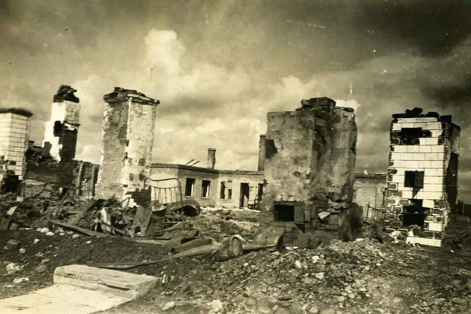 Spur des Vernichtungskrieges: Eine völlig verwüstete Ortschaft in Russland, fotografiert von Marcel Weise nach den Kampfhandlungen in Sommer 1941.