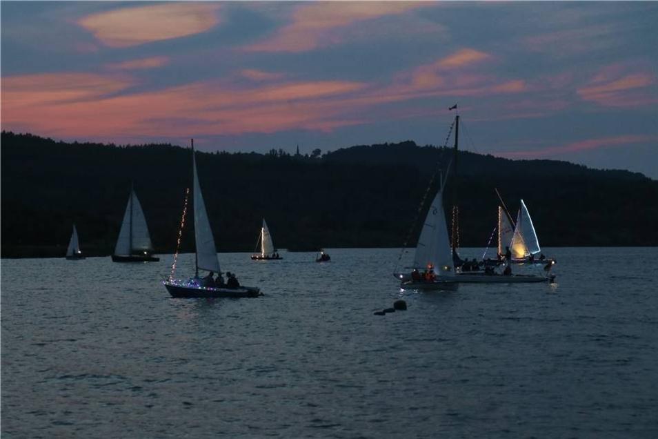 ... dem Nachtsegeln. Wie in den letzten Jahren wurden die Boote mit zahlreichen Lichtern versehen ...