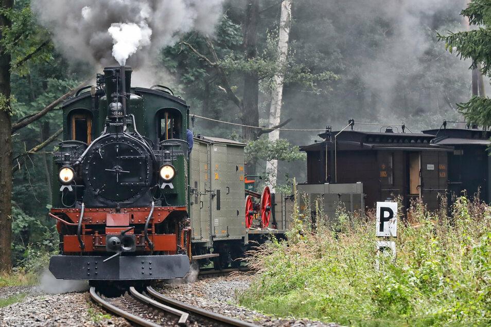 Güterzug mit der Feuerwehrspritze. Der Zug verkehrte am Dienstag noch vor der Historik Mobil exklusiv und sozusagen geheim für bezahlende Foto-Fans zwischen Zittau-Bertsdorf-Oybin/Jonsdorf.