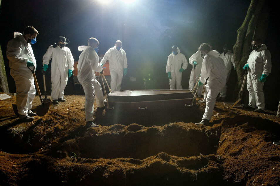 Sao Paulo: Mitarbeiter des Friedhofs Vila Formosa, dem größten in Lateinamerika, tragen einen Sarg, um eine an Covid-19 verstorbene Person zu beerdigen.