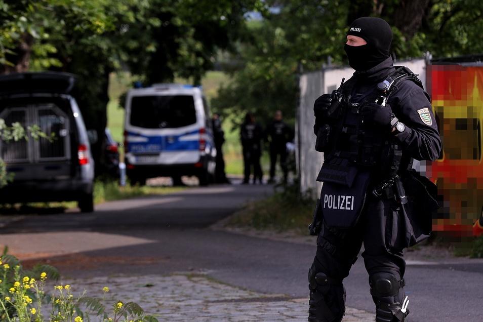 Schwer bewaffnete Polizisten waren an dem Einsatz beteiligt, der sich gegen Autoschieber richtete.