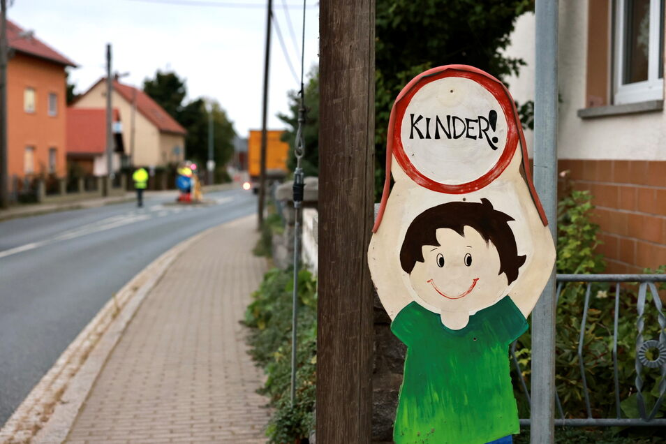 Der Unfall passierte vor der Grundschule an der Alten Hauptstraße. Die Schule weist Autofahrer seit langem auf die Kinder hin.