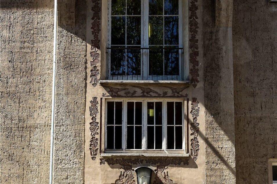 Die Ornamente am Eingang erinnern an die Geschichte des Hauses als Forstfachschule.