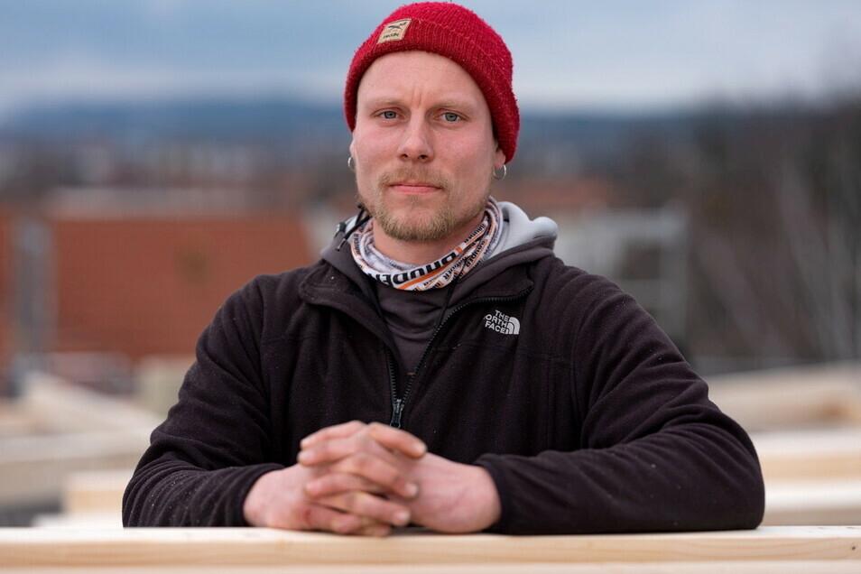 Zimmermannslehring Peter Günther ist derzeit auf Baustelle. Er ist empört über ein Video, das im Berufsschulunterricht in Löbau gezeigt wurde.