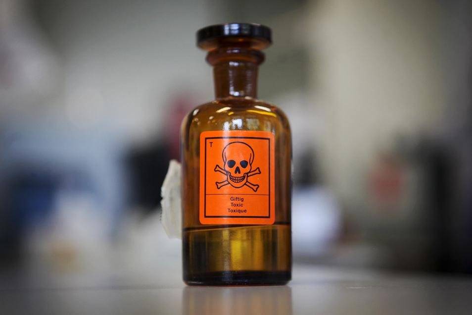 Im März und April waren vier manipulierte Flaschen in zwei Münchner Supermärkten aufgetaucht. Drei Kunden hatten die vergifteten Flaschen gekauft und daraus getrunken.