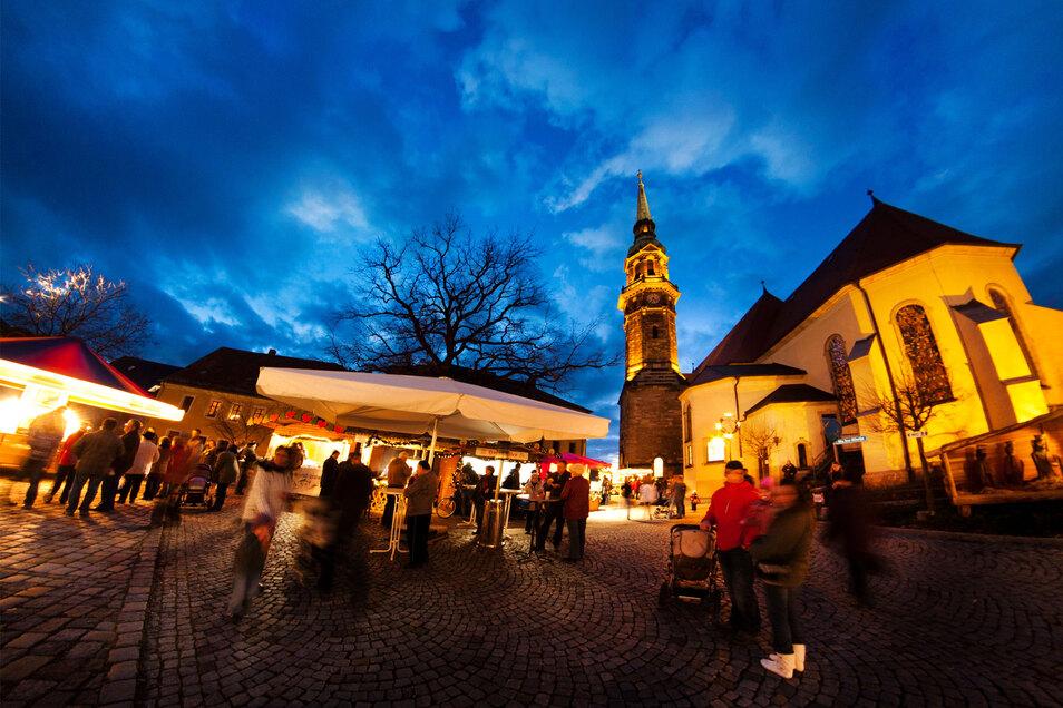 Der Radeberger Weihnachtsmarkt rund um die Stadtkirche ist für sein besonderes Flair bekannt. Ob er in diesem Jahr wie gewohnt stattfindet, ist noch offen.