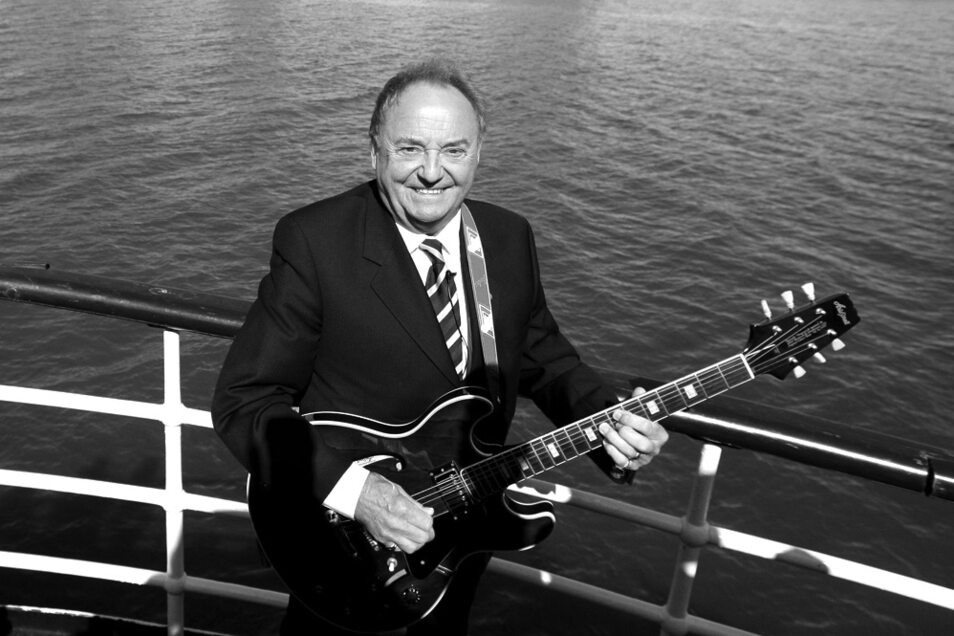 "Der Sänger Gerry Marsden singt an Bord der Mersey-Fähre. Marsden, der als Sänger der Band Gerry And The Pacemakers (""Ferry Cross The Mersey"") in den 60er Jahren berühmt wurde, ist tot."