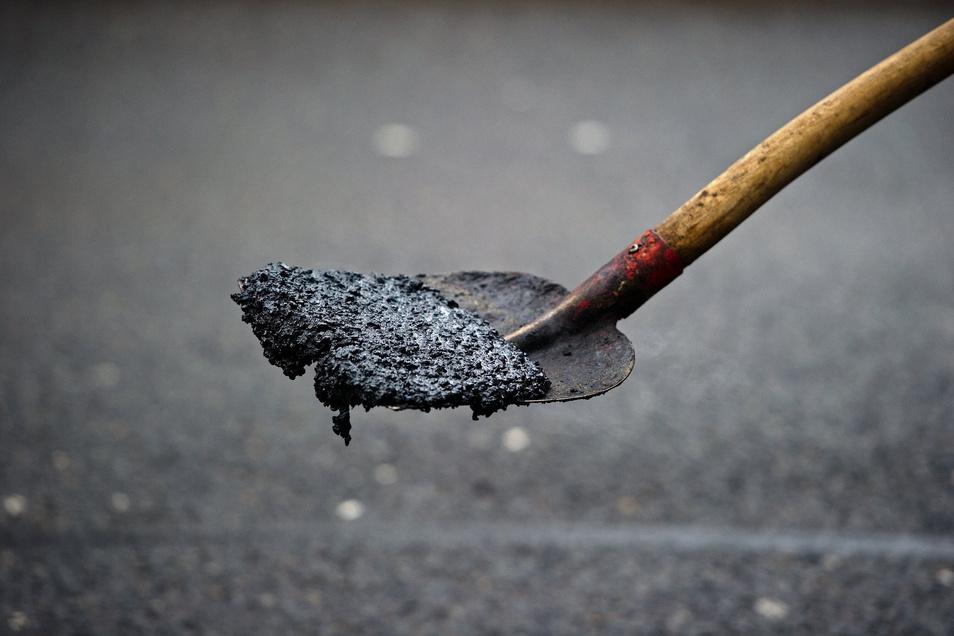 Die Straßenränder am Schwarzen Weg in Pulsnitz wurden diese Woche ausgebessert.