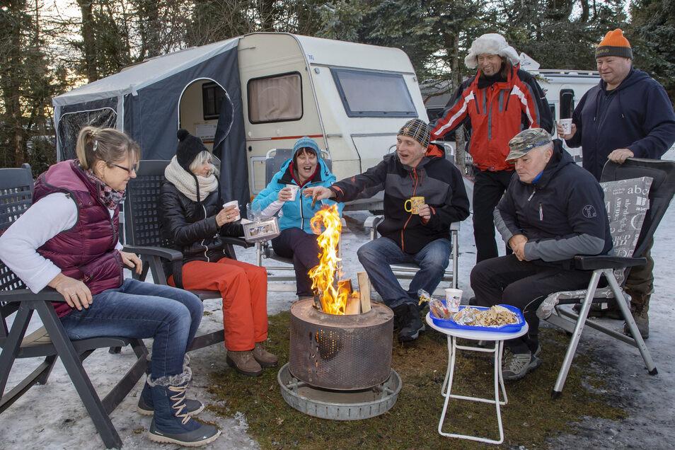 Camping mal anders in Altenberg: mit dicken Anoraks, Stiefeln und Mützen.