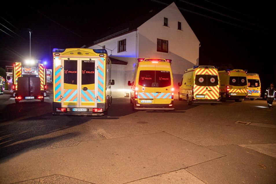 Mehrere Rettungsfahrzeuge waren am frühen Sonnabendmorgen im Einsatz, nachdem in einer Pension in Jiedlitz eine mobile Kühlbox gebrannt hatte.