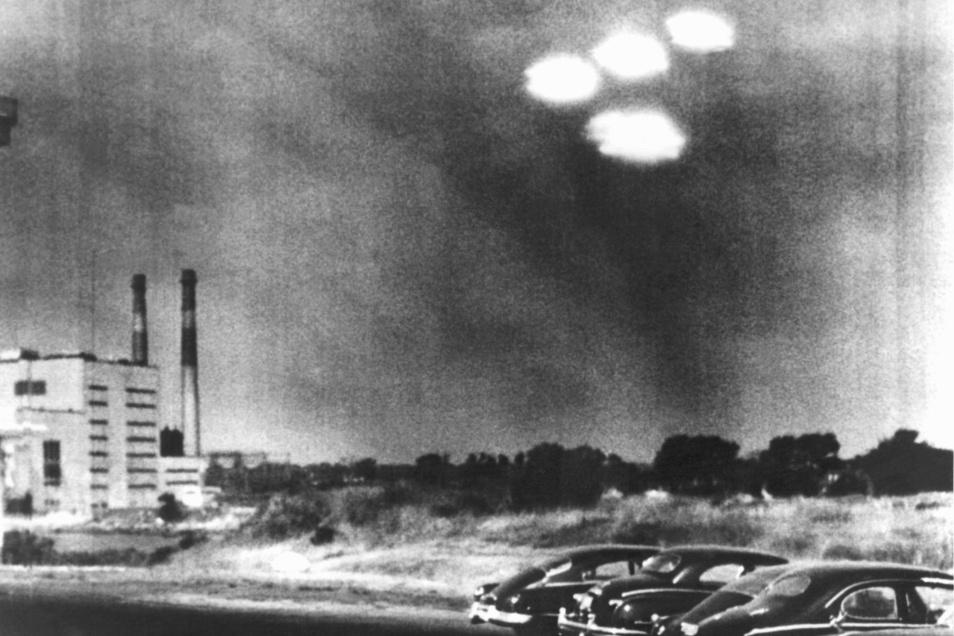 Eines der Bilder, die die Diskussion um Ufos anheizt: Vier in Formation fliegende Objekte über der Stadt Salem im US-Bundesstaat Massachusetts wurden von einem Kameramann am 16. Juli 1952 vormittags beobachtet.