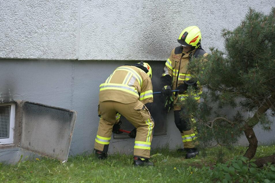 Die Einsatzkräfte bekämpfen die Brandursache im Keller des Hauses.