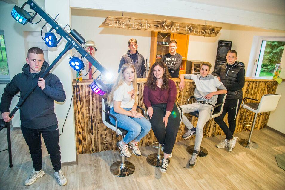 Die Jugendlichen Franz, Heidi, Anna, Luca, Philipp (vorn von links) sowie Initiator Marco Friedland und Max (hinten) beleben den neu gebauten Jugendclub in Groß Krauscha.