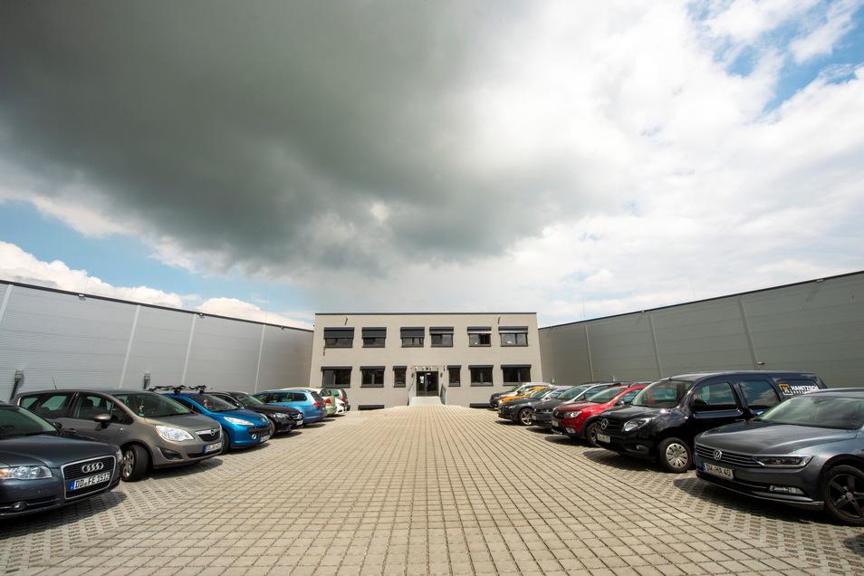 So sieht die neue Betriebsstätte von der Zschoner Ring aus. In der Mitte steht der Büroteil, rechts und links befinden sich die Hallen.