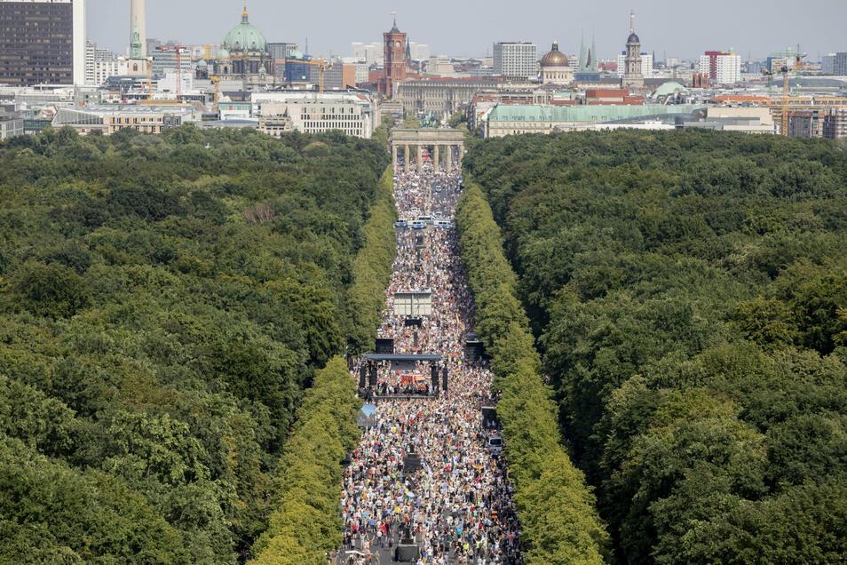 Tausende stehen bei der Demonstration gegen die Corona-Beschränkungen dicht gedrängt - ohne Masken, ohne Abstand.