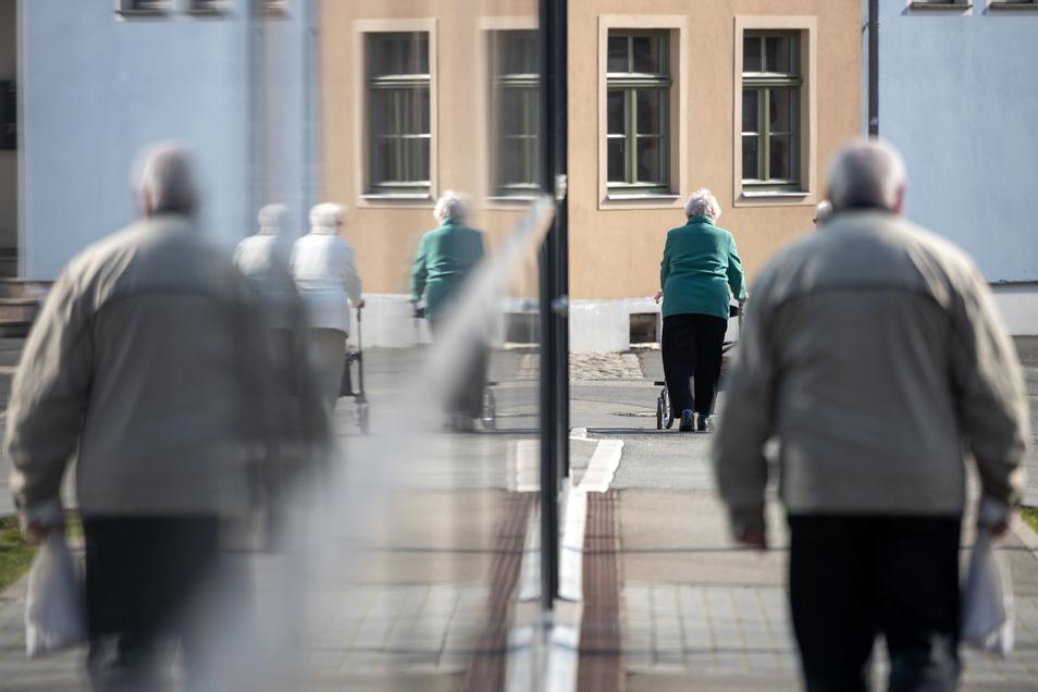 Ältere Menschen sollen womöglich längere Zeit von Ausgangsbeschränkungen betroffen sein.