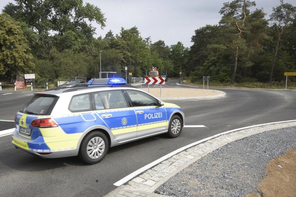 Die Polizei (Richtung Gröditz unterwegs) musste am Sonntag gleich zu einem Einsatz im neuen Kreisverkehr ausrücken. Dort waren zwei Autos zusammengestoßen.