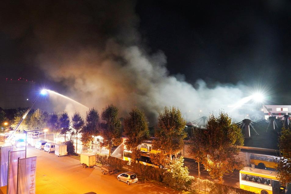 Stuttgart: Rauch steigt über einem Depot für Busse auf. Am Abend ist es zu einem Brand im Busdepot der Stuttgarter Verkehrsbetiebe gekommen.