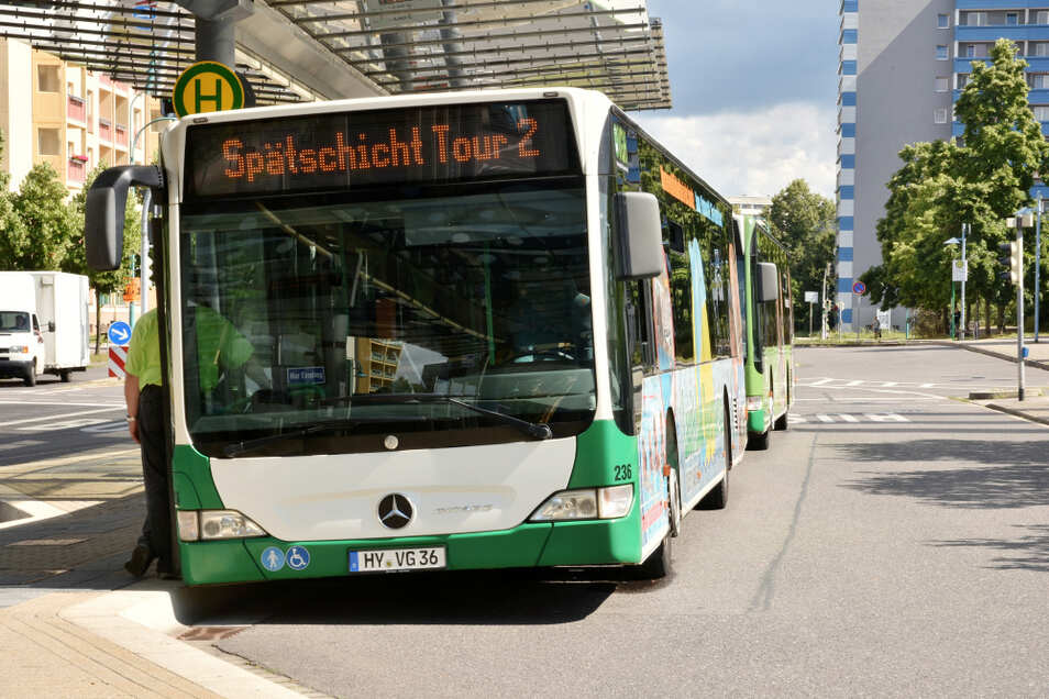 """Vier Busse warteten am Freitagnachmittag auf die Besucher der """"Spätschicht""""."""