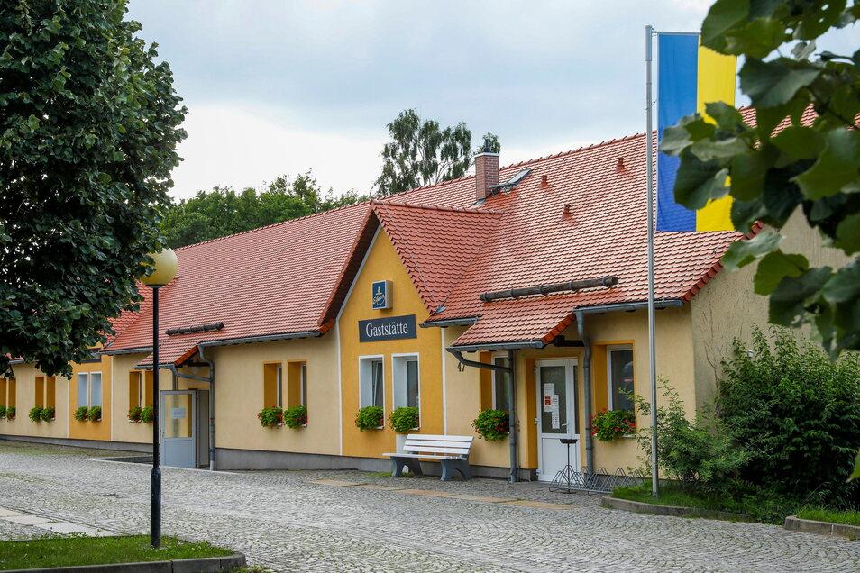 So ruhig sieht es normalerweise vor dem Kulti in Kiesdorf aus. Das Haus gehört der Gemeinde, es betreibt die Stöcker Hotel GmbH.