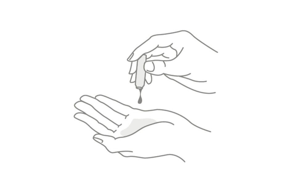 4. Jetzt den Inhalt der Ampulle auf die Hand geben.