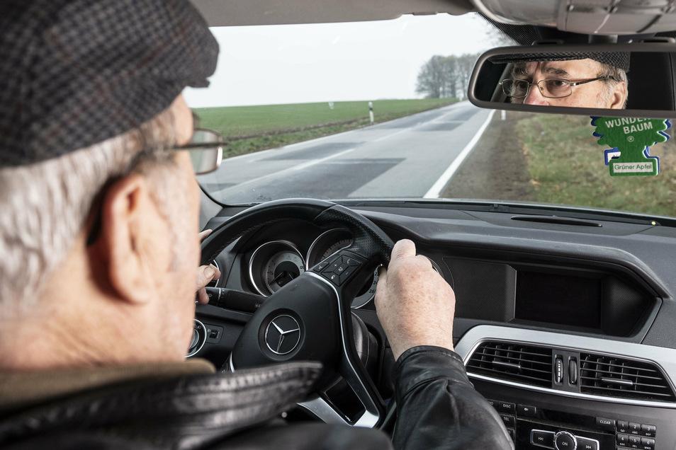 Viele ältere Menschen sind gerade in ländlichen Regionen auf das Auto angewiesen. Wegen unsicherer Fahrweise ist jetzt in Radeberg ein 88-Jähriger aufgefallen.
