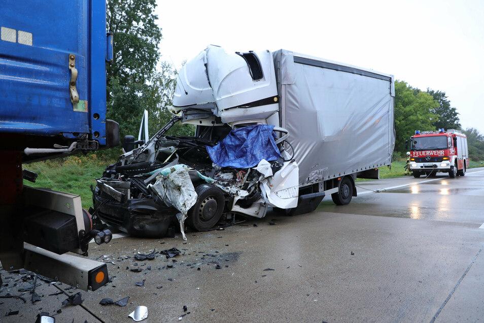 Der Kleintransporter ist auf den vorherstehenden Sattelzug aufgefahren. Der Fahrer verstarb in dem Renault.