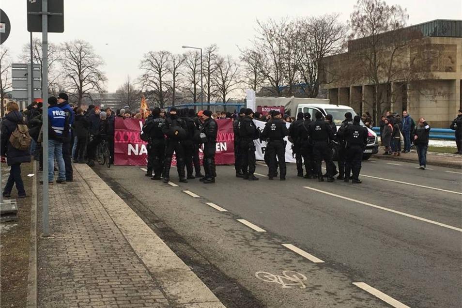 Die Polizei stoppte den Demonstrationszug  kurz vor dem Landtag. Einige Teilnehmer versuchten daraufhin zur Marienbrücke zu gelangen, um eine mutmaßliche Route der ab 14 Uhr am Zwingerteich versammelten Rechtsextremen in die Neustadt zu blockieren.