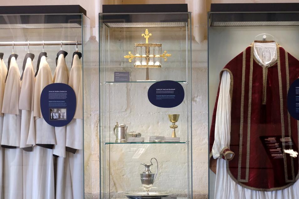 Die Gewänder der Domherren (links) werden tatsächlich noch getragen, das lutherische Erzgewand (rechts) nicht mehr.