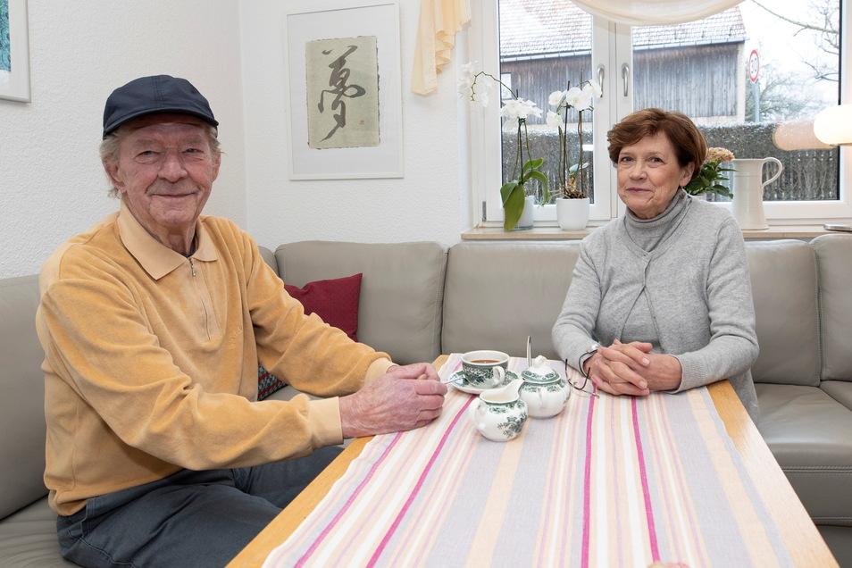 Dieter Hammer aus Copitz sitzt zusammen mit Carola Mai von der Volkssolidarität Ortsgruppe Birkwitz-Pratzschwitz auf der Couch. Sie hatte dem Wismut-Kumpel per Internet am frühen Morgen einen Impftermin besorgt.
