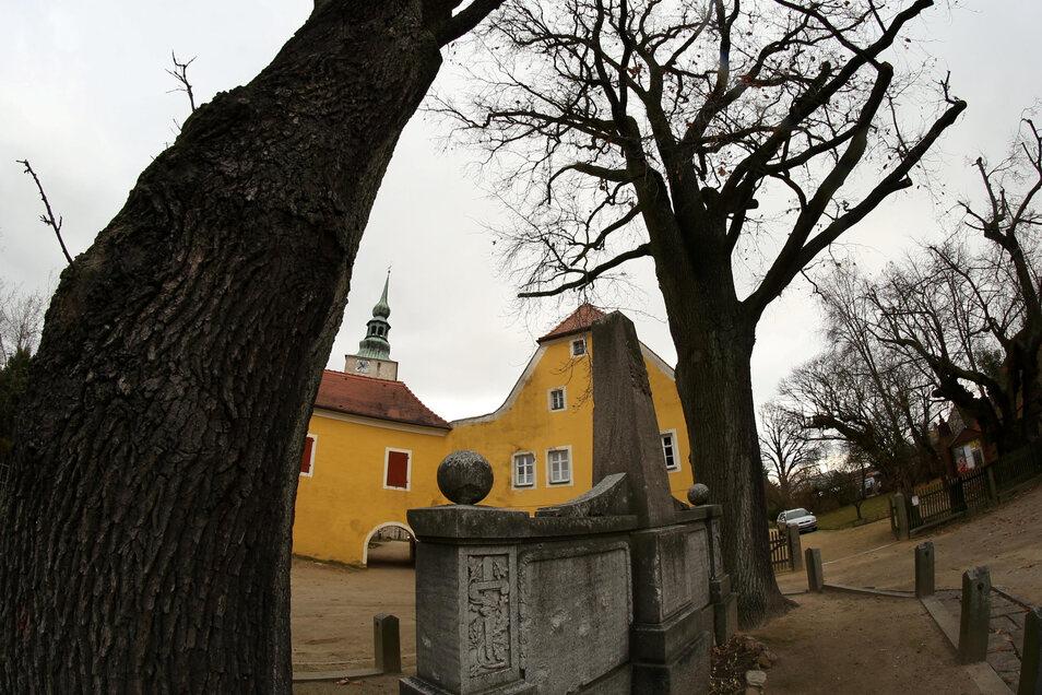 2020 soll der Kirchvorplatz in Horka saniert werden. Auch das Denkmal und die inzwischen abgestorbene Eiche werden in die Überlegungen mit einbezogen.