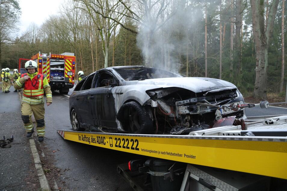 Auf dem Abschleppauto brannte der Kombi ein zweites Mal.