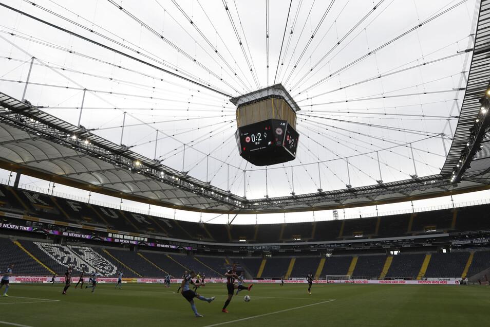 Es sind tatsächlich schon zwei Tore gefallen in der Samstagabend-Partie zwischen Eintracht Frankfurt und Borussia Mönchengladbach, wie es der Videowürfel anzeigt. Außer den Akteuren auf dem Rasen haben die Treffer live im Stadion aber nicht mal 300 Leute