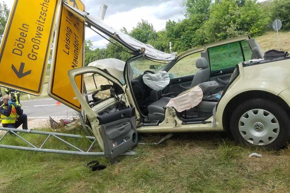 Ein VW Golf krachte mit voller Geschwindigkeit in ein Verkehrsschild. Der Verkehrsunfalldienst hat die Ermittlungen aufgenommen.