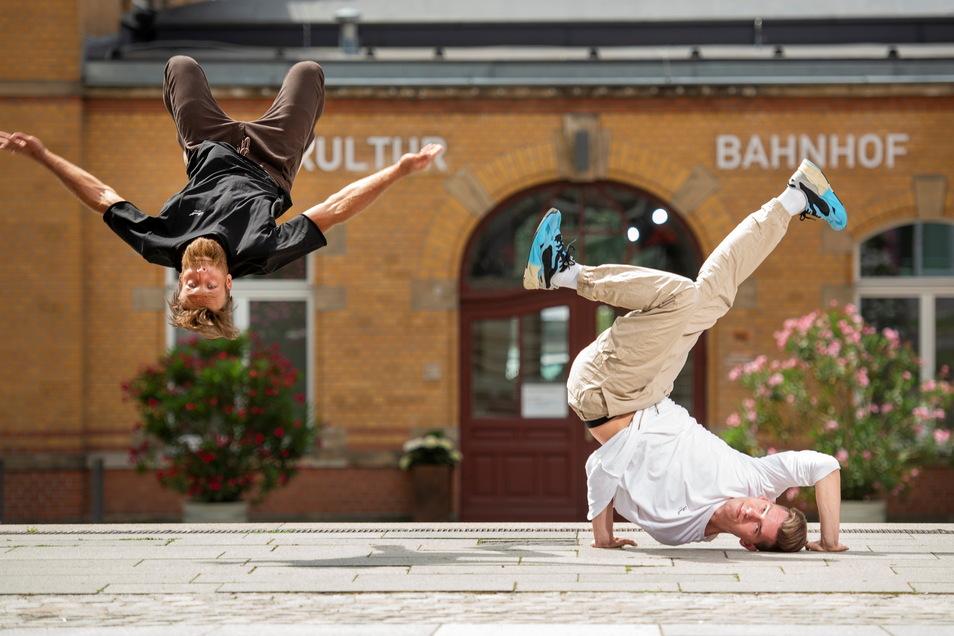 Die Breakdancer Felix Roßberg (l.) und Paul Schubert zeigen vorm Kultur-Bahnhof in Radebeul-Ost schon mal ihr Können. Am kommenden Sonnabend legen dort mehrere Breaker einen großen Auftritt hin, darunter Tänzer aus Belgien.