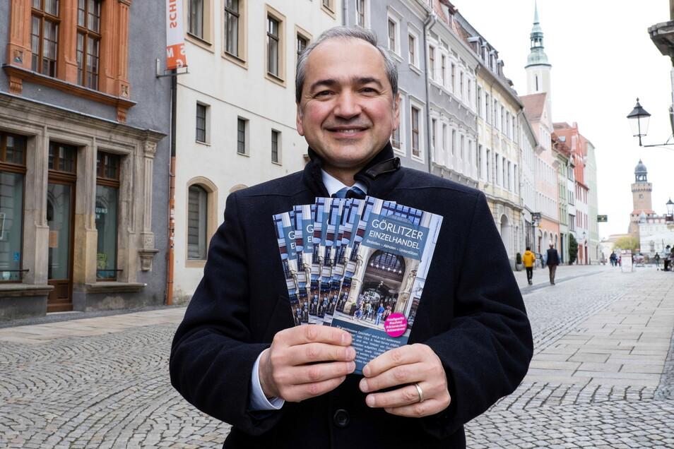 Der Görlitzer Oberbürgermeister Octavian Ursu zeigt den neuen Flyer: Mit ihm soll dem Einzelhandel geholfen werden.