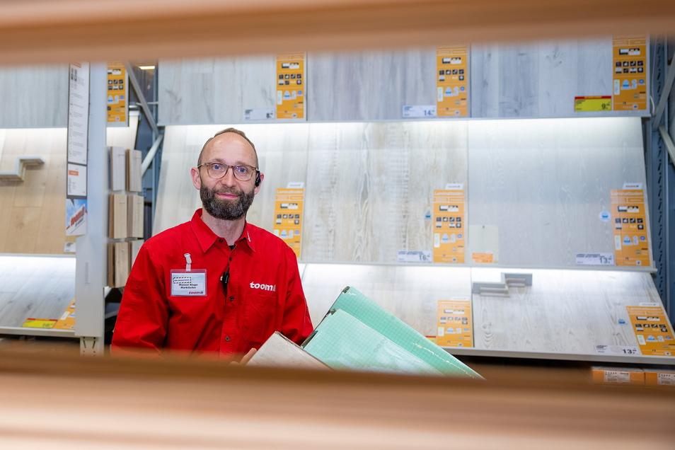 Baumarktleiter Manuel Kluge in der Laminat-Abteilung.