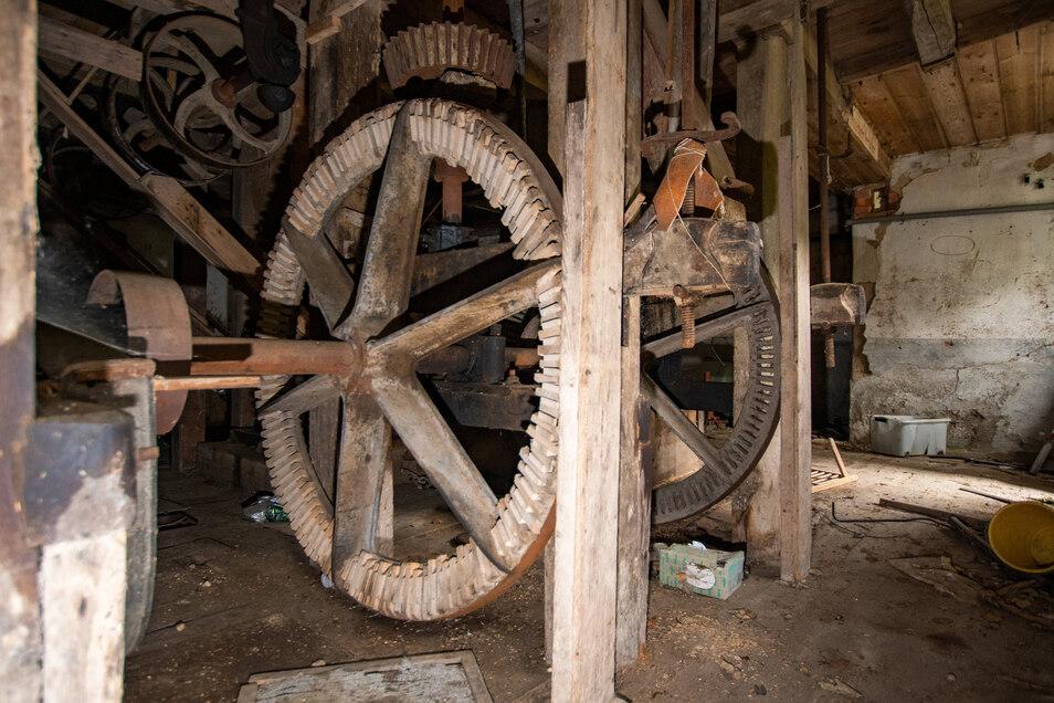 Bis zu drei Meter große Zahnräder haben das Mahlwerk angetrieben. Die alte Technik ist noch gut erhalten.