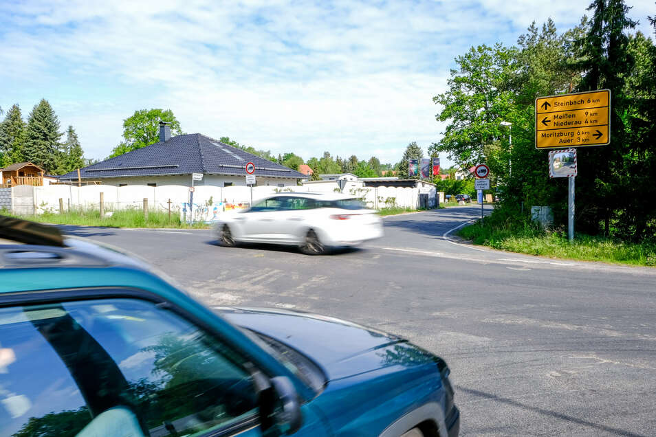 """Die Kreuzung Moritzburger Straße/Forststraße, an der es öfter """"kracht"""", soll durch einen Kreisverkehr sicherer gemacht werden. Allerdings ist unklar, wann der Bau beginnen kann."""
