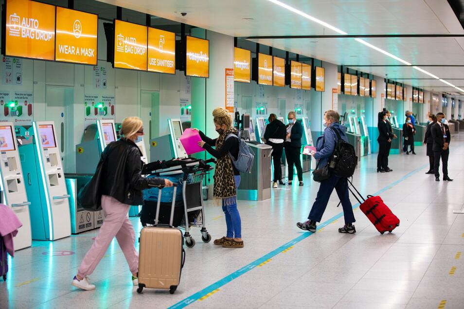 Passagiere treffen im Check-in-Bereich am Flughafen Gatwick ein. In England war die Nachfrage nach Urlaubsreisen sprunghaft gestiegen, nachdem die Regierung eine Lockerung der CReiseregeln angekündigt hatte.