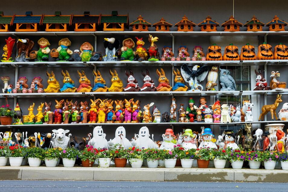 Figuren, Blumen und Kleidung sind neben Konsumgütern die meist angebotenen Waren in Petrovice.