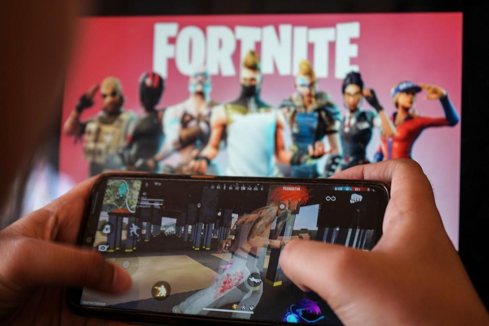 """Die offizielle Altersfreigabe für die """"Save the World""""-Variante von Fortnite liegt bei zwölf Jahren. Risiken, die durch die Kommunikation mit den Mitspielern über den In-Game-Sprachchat entstehen, werden dabei jedoch vernachlässigt."""