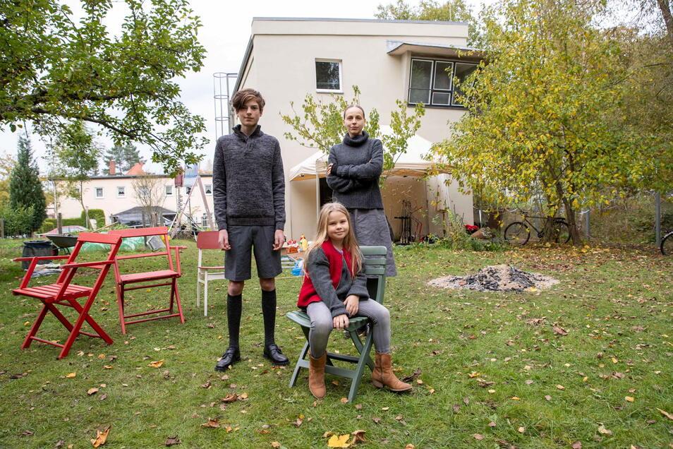 Darsteller Oskar Brandt, Rosa Henriette Löwe und Petra Schmidt-Schaller (v.l.) vor dem Pirnaer Filmhaus: Einer wird die Geschichte nicht überleben.