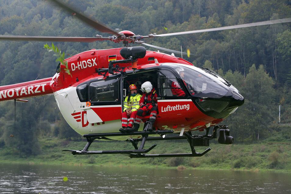 Luftretter Tino Gräfe (li.) von der Bergwachtbereitschaft Bad Schandau wird zur Bussardwand geflogen.